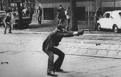 Giuseppe Memeo, membro del gruppo terrorista Proletari Armati per il Comunismo (PAC), in via De Amicis a Milano il 14 maggio 1977