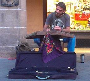 Eνας υπέροχος τύπος με ένα κανονάκι, παίζει υπέροχα Τούρκικα άσματα
